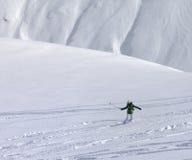 Snowboarder cuesta abajo en de cuesta del piste con nieve nuevamente caida Fotografía de archivo