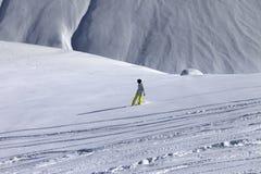 Snowboarder cuesta abajo en de cuesta del piste con nieve nuevo-caida Fotos de archivo libres de regalías