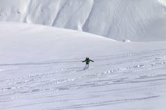 Snowboarder cuesta abajo en de cuesta del piste con nieve nuevo-caida Foto de archivo libre de regalías