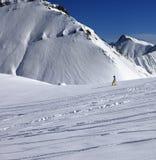 Snowboarder cuesta abajo en de cuesta del piste con nieve nuevo-caida Fotografía de archivo libre de regalías