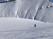 Snowboarder cuesta abajo en de cuesta del piste con nieve nuevo-caida Fotos de archivo