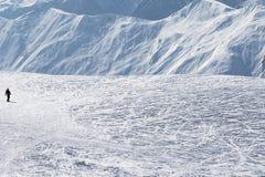 Snowboarder cuesta abajo en cuesta fuera de pista de la nieve Fotografía de archivo libre de regalías