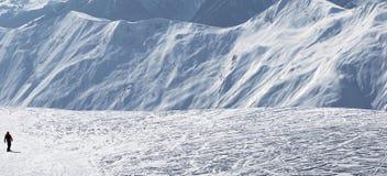 Snowboarder cuesta abajo en cuesta fuera de pista de la nieve Fotos de archivo