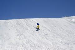 Snowboarder cuesta abajo en parque del terreno en la estación de esquí Imagen de archivo