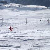 Snowboarder cuesta abajo en rastro del freeride Fotografía de archivo libre de regalías