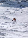 Snowboarder cuesta abajo en rastro freeriding Foto de archivo