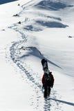 Snowboarder cuesta arriba para el freeride Foto de archivo libre de regalías