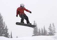 Snowboarder dans l'entre le ciel et la terre Image stock