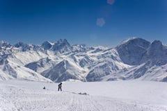 Snowboarder dans les montagnes Images libres de droits