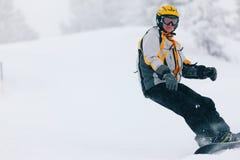 Snowboarder in de alpen Stock Afbeeldingen