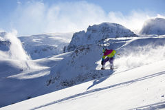 Snowboarder de Backcountry que monta el polvo fresco Foto de archivo