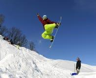 Snowboarder in de hemel Royalty-vrije Stock Afbeeldingen