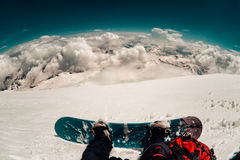 Snowboarder de la muchacha freeriding en la cuesta fuera de pista del esquí Imagen de archivo libre de regalías