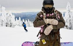 Snowboarder de la mujer en la montaña Foto de archivo libre de regalías