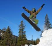 Snowboarder de salto Imagem de Stock Royalty Free