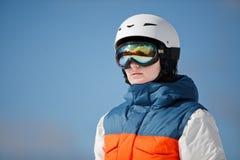 Snowboarder de sexo femenino contra el sol y el cielo Fotos de archivo libres de regalías