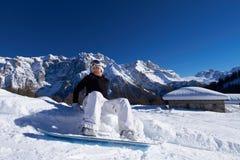 Snowboarder de sexo femenino en dolomías Imagen de archivo libre de regalías