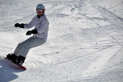 Snowboarder de sexo femenino en nieve del polvo Fotografía de archivo libre de regalías