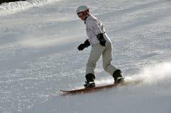 Snowboarder de sexo femenino en nieve del polvo Imágenes de archivo libres de regalías