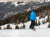 Snowboarder del estilo libre con el casco en snowpark Imagen de archivo