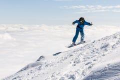 Snowboarder del estilo libre en la montaña Imágenes de archivo libres de regalías