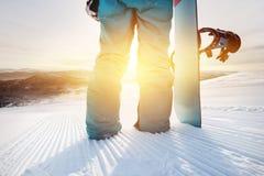 Snowboarder del primo piano al pendio dello sci con lo snowboard Fotografie Stock Libere da Diritti