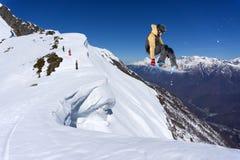 Snowboarder del vuelo en las montañas Foto de archivo libre de regalías