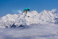 Snowboarder del vuelo en las montañas Fotos de archivo