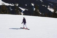 Snowboarder della giovane signora Località di soggiorno di corsa con gli sci in Tirolo del nord Immagini Stock
