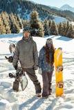 Snowboarder delle coppie sul posto nelle montagne Fotografia Stock