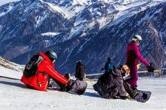Snowboarder in den Bergen bereiten vor sich abzusteigen stockbild