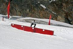 Snowboarder, der auf einen Kasten schiebt stockbild