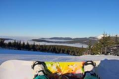 Snowboarder, der auf Steigung sitzt Stockbilder