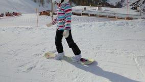 Snowboarder, der beginnt zu schieben stock video footage