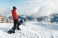 Snowboarder, der die erstaunliche Ansicht bewundert lizenzfreies stockbild