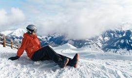 Snowboarder, der die erstaunliche Ansicht bewundert stockbild