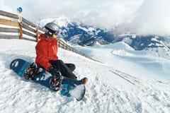 Snowboarder, der die erstaunliche Ansicht bewundert lizenzfreie stockfotografie