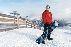 Snowboarder, der die erstaunliche Ansicht bewundert stockfoto