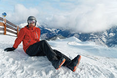Snowboarder, der die erstaunliche Ansicht bewundert stockbilder