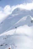 Snowboarder, der für freie Fahrt aufsteigt Stockbilder