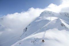 Snowboarder, der für freie Fahrt aufsteigt Lizenzfreie Stockfotos