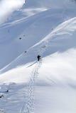 Snowboarder, der für freie Fahrt aufsteigt Stockbild