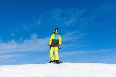 Snowboarder, der hinunter den Hügel schiebt Stockbilder