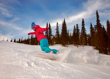 Snowboarder, der hinunter den Hügel schiebt Lizenzfreies Stockbild