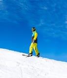 Snowboarder, der hinunter den Hügel, Schneeberge schiebt Stockbilder