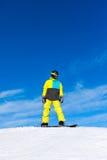 Snowboarder, der hinunter den Hügel, Schneeberge schiebt Stockfotos