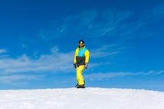 Snowboarder, der hinunter den Hügel, Schneeberge schiebt Stockbild