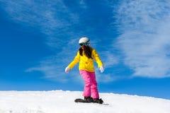 Snowboarder, der hinunter den Hügel, Schneeberge schiebt Lizenzfreie Stockbilder