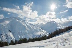 Snowboarder, der hinunter die Steigung auf schönen sonnigen Wintertag fährt lizenzfreies stockbild
