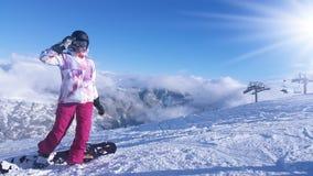 Snowboarder der jungen Frau in den Bergen Stockfotos